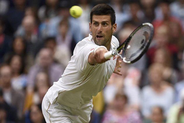 Srbský tenista Novak Djokovič během utkání druhého kola Wimbledonu s Francouzem Adrianem Mannarinem.