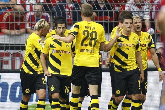 Henrik Mchitarjan (druhý zprava) se raduje společně se spoluhráči z branky proti Bayernu Mnichov.