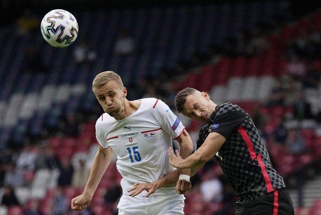 Český fotbalista Tomáš Souček (vlevo) a Chorvat Ivan Perišič.