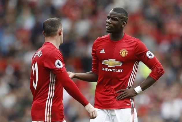 Hráči United Wayne Rooney a nejdražší fotbalista planety Paul Pogba během utkání proti Manchesteru City.