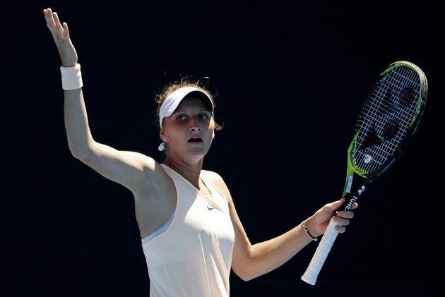 Česká tenistka Markéta Vondroušová premiéru v hlavní soutěži na Australian Open hodně prožívala. Nakonec byla vítězná, česká tenistka porazila Kurumi Naraovou ve dvou setech.