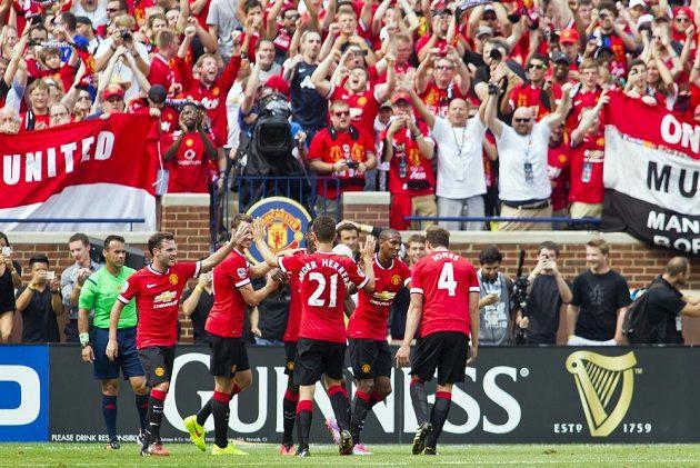 Radost fotbalistů Manchesteru City z gólu Ashleyho Younga (druhý zprava) do sítě Bílého baletu.