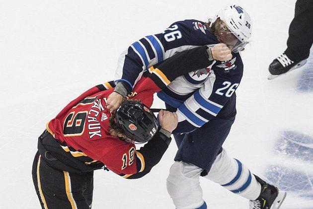 Hokejista Winnipegu Jets Blake Wheeler (26) se rozhodl pomstít zraněnou hvězdu svého týmu a vyzval Matthewa Tkachuka (19) z Calgary na pěstní souboj.