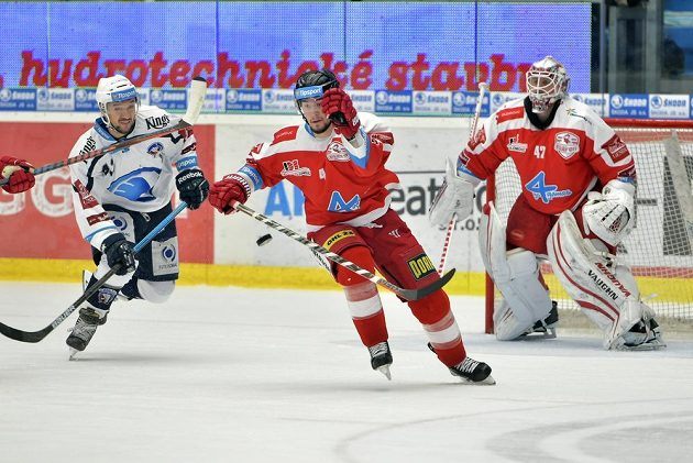 Zleva Jan Kovář z Plzně a hráči Olomouce Petr Strapáč a brankář Branislav Konrád v akci během druhého čtvrtfinále play off.
