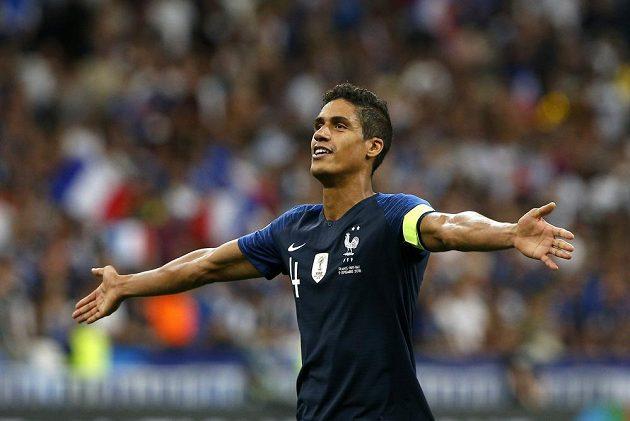 Raphael Varane se raduje z branky Francie v zápase s Nizozemskem