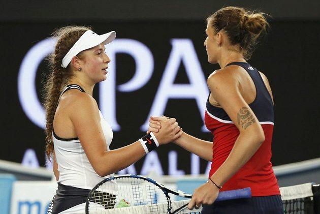 Dobojováno... Lotyška Jelena Ostapenková (vlevo) blahopřeje šťastnější Karolíně Plíškové.
