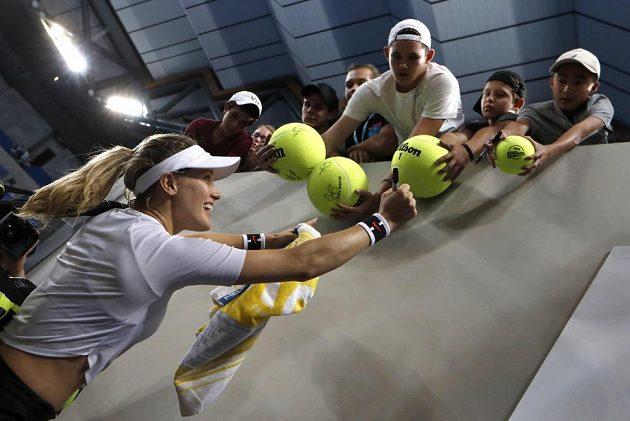 Kanadská tenistka Eugenie Bouchardová se podepisuje fanouškům po svém postupu na Australian Open.