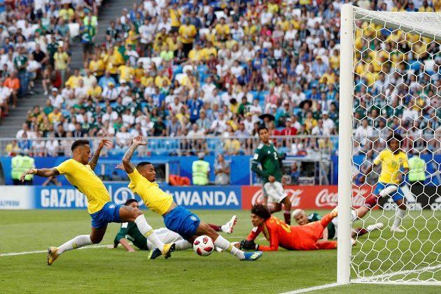 Neymar ve skluzu usměrňuje míč do sítě a Brazílie vede 1:0.