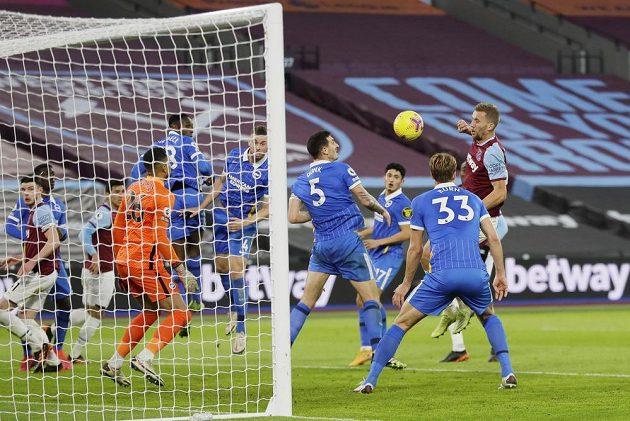 Tomáš Souček z West Hamu po rohu dává gól Brightonu.