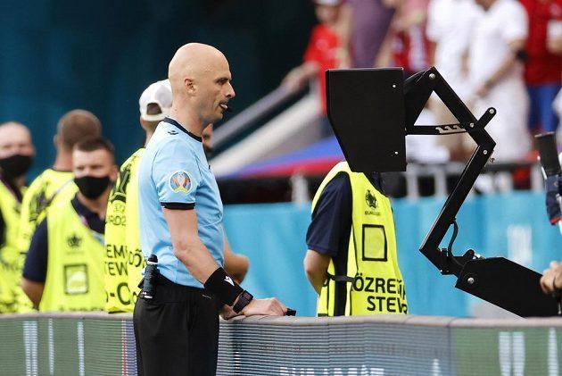Rozhodčí Sergej Karasev sleduje monitor a zkoumá situaci, zda má v osmifinále EURO udělit červenou kartu Matthijsi de Ligtovi. Nakonec tak učinil.