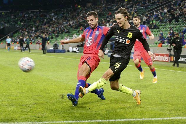 Kristoffer Olsson (vpravo) z Krasnodaru bojuje o míč s hostujícím Cesarem Azpilicuetou z Chelsea