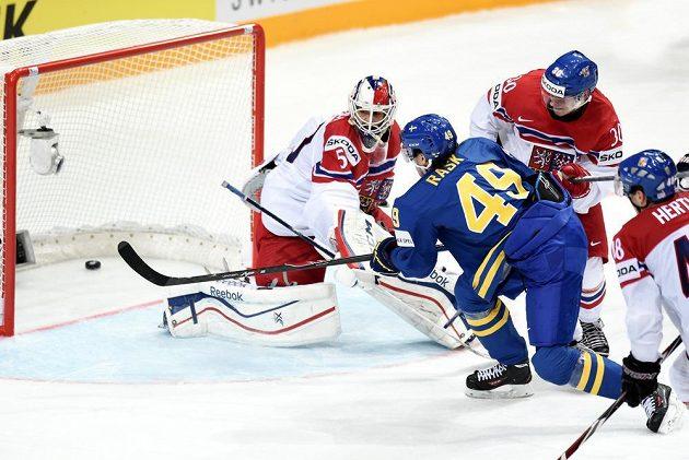Český brankář Alexander Salák inkasuje třetí gól od Victora Raska ze Švédska během utkání MS v Praze.