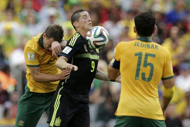 španělský útočník Fernando Torres v zajetí dvou Australanů - Ivana Franjice a Mileho Jedinaka (15).