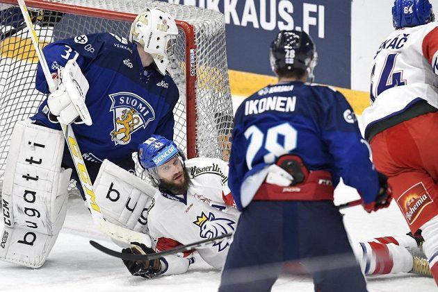 Český hokejista Michal Jordán na ledě před brankou Finska v utkání Channel One Cupu.