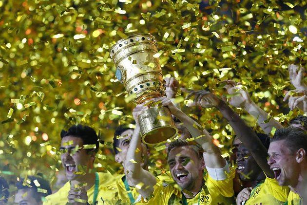 Fotbalisté Dortmundu slaví zisk poháru.