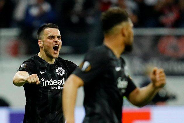 Fotbalista Eintrachtu Frankfurt Filip Kostič slaví během utkání Evropské ligy.
