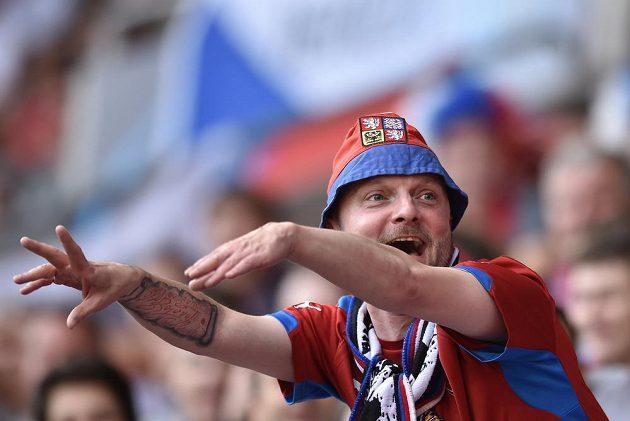 Český fanoušek během utkání EURO 2015 hráčů do 21 let s Dánskem.