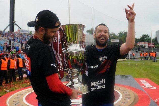 Plzeňský kapitán Pavel Horváth (vpravo) a útočník Marek Bakoš s pohárem pro ligové šasmpióny.