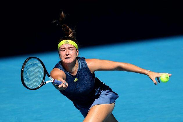 Česká tenistka Karolína Muchová se natahuje za úderem ve čtvrtfinále Australian Open proti Ashleigh Bartyové.
