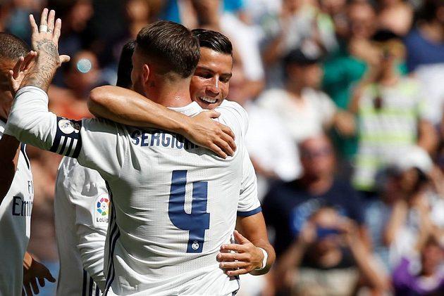 Cristiano Ronaldo z Realu jásá se spoluhráčem Sergiem Ramosem po gólu proti Osasuně.