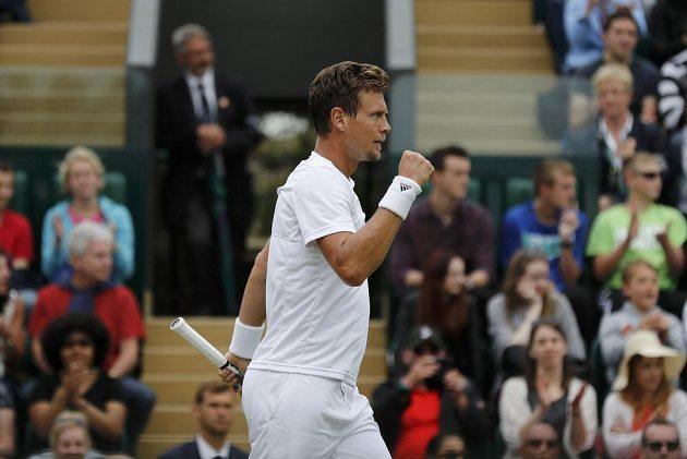 Český tenista Tomáš Berdych slaví vítězství nad Němcem Benjaminem Beckerem.