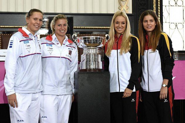 Česká tenistky Lucie Hradecká (vlevo) a Andrea Hlaváčková a Angelique Kerberová, Julia Goergesová z Německa během losování finále Fed Cupu na Staroměstské radnici v Praze.