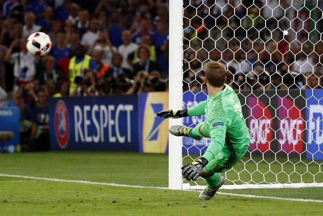 Německý brankář Manuel Neuer sleduje míč, který míří do brány.