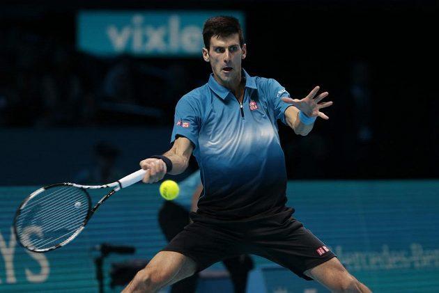 Novak Djokovič během finále Turnaje mistrů s Rogerem Federerem.