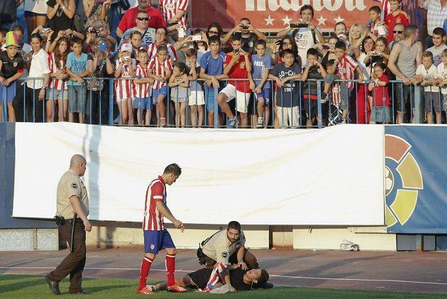 Ochranka zadržela fanouška, který se chtěl dostat k Davidu Villovi, jenž se v rámci mediální prezentace představil na stadiónu Vicente Calderóna v Madridu.