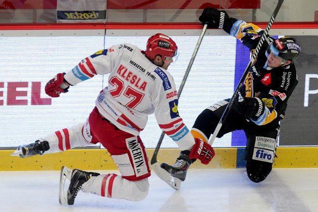 Třinecký obránce Rostislav Klesla (vlevo) a Tomáš Pavelka z Litvínova v zápase 21. kola hokejová Tipsport extraligy.