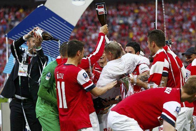 Kouč Arséne Wenger právě dostal čepičku z šampaňského...