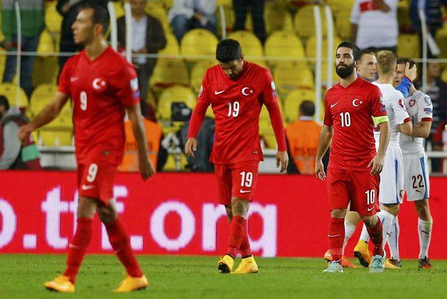 Zklamaní turečtí fotbalisté zleva Umut Bulut, Muhammet Demir a Arda Turan po druhé kvalifikační porážce za sebou, tentokrát domácí prohře 1:2 s českým týmem.