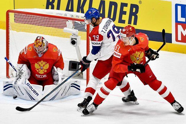 Zleva brankář Ruska Andrej Vasilevskij, český útočník Tomáš Zohorna a Nikita Zadorov z Ruska.