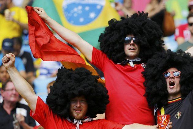 Dvojníci oblíbeného belgického záložníka Marouana Fellainiho v ochozech stadiónu.