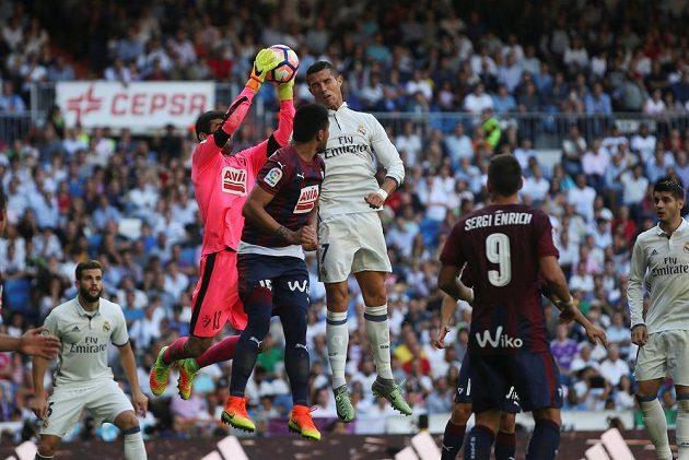 Cristiano Ronaldo z Realu dotírá na brankáře Asiera Riesga z Eibaru.