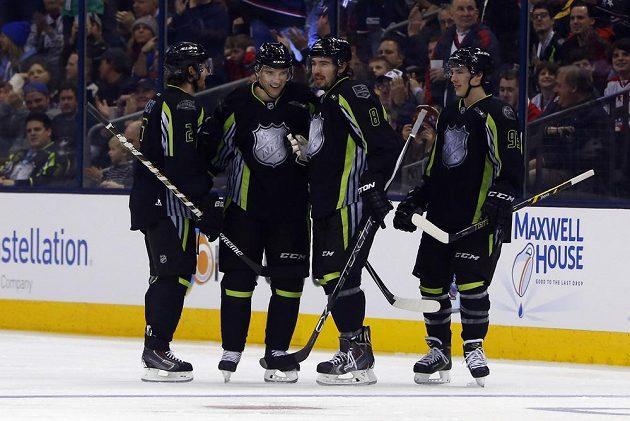 Radim Vrbata (druhý zleva) přijímá od spoluhráčů z týmu Foligna gratulace ke svému gólu, kterým otevřel skóre Utkání hvězd NHL.