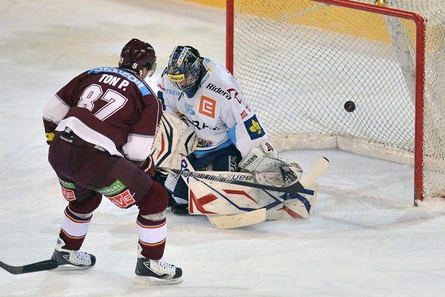 Sparťanský útočník Petr Ton střílí gól vítkovickému brankáři Romanu Málkovi.