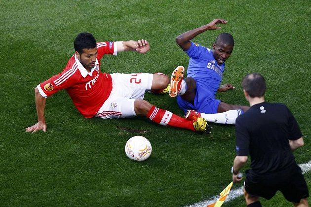 Ezequiel Garay (vlevo) z Benfiky v souboji s Ramiresem z Chelsea ve finále Evropské ligy.