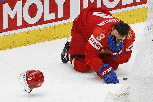 Hokej bolí. Ví to i Dinar Khafizullin z Ruska. Momentka je ze semifinále MS s Finskem.