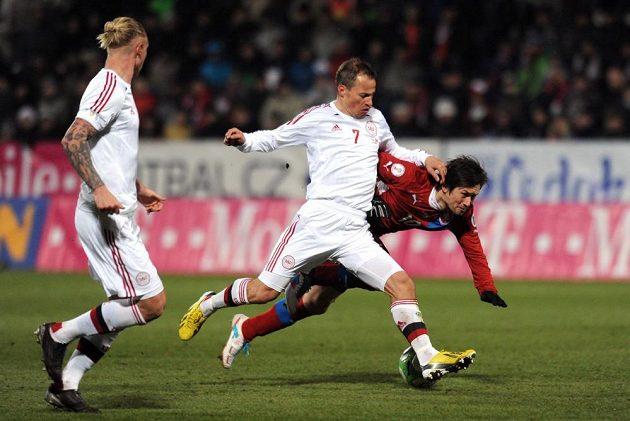 Tomáš Rosický padá po souboji s Nikolaiem Stokholmem z Dánska.