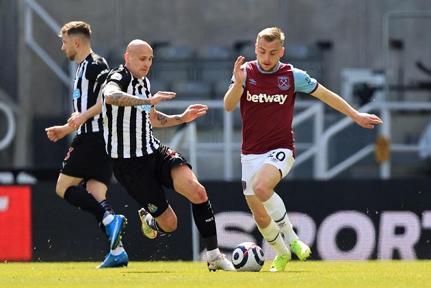 Jarrod Bowen z West Hamu bojuje o míč s domácím Jonjo Shelveym