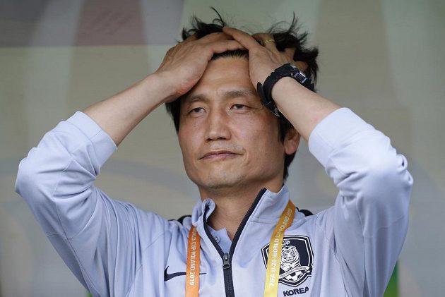 Zklamaný trenér jihokorejských fotbalistů Chung Jung-yong po prohře ve finále mistrovství světa hráčů do 20 let.