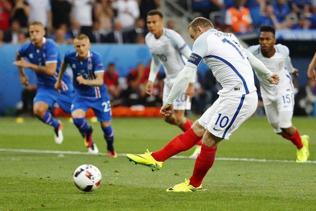 Angličan Wayne Rooney proměňuje penaltu proti Islandu.