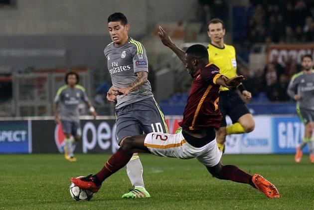Sudí Pavel Královec v pozadí souboje mezi Antoniem Rüdigerem (2) a Jamesem Rodriguezem z Realu Madrid v prvním osmifinále Ligy mistrů.
