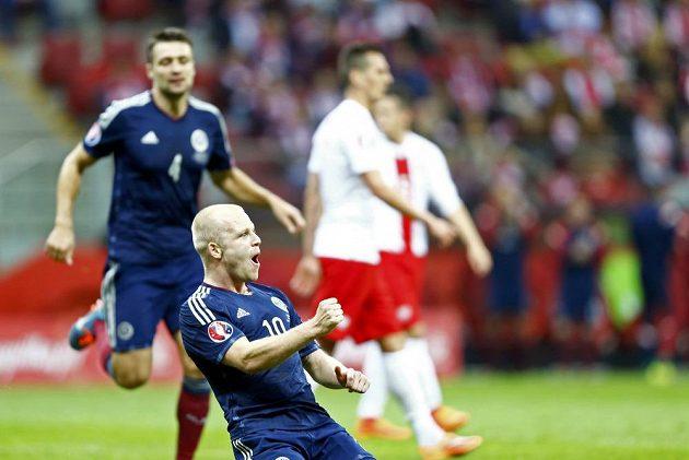 Skot Steven Naismith se raduje z branky, kterou vstřelil Polsku.