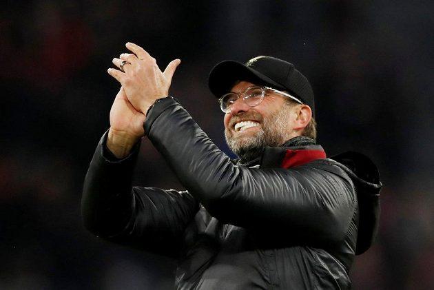 Manažer Liverpoolu Jürgen Klopp aplauduje fanouškům po postupu Reds v Lize mistrů.