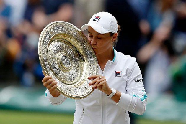 Australanka Ashleigh Bartyová s trofejí pro vítězku Wimbledonu.