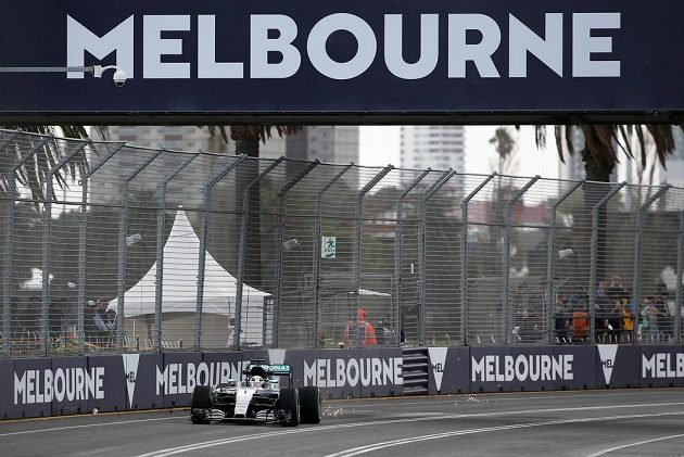 Lewis Hamilton při volném tréninku na trati v Albert Parku v Melbourne.