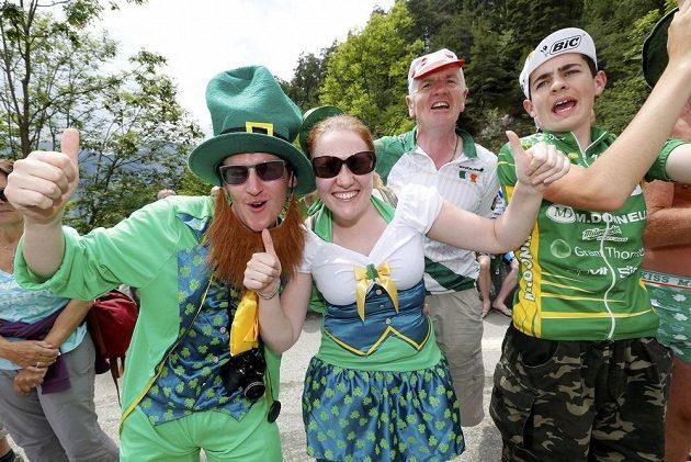 Irští příznivci v tradiční zelené a se trojlístky na oblečení