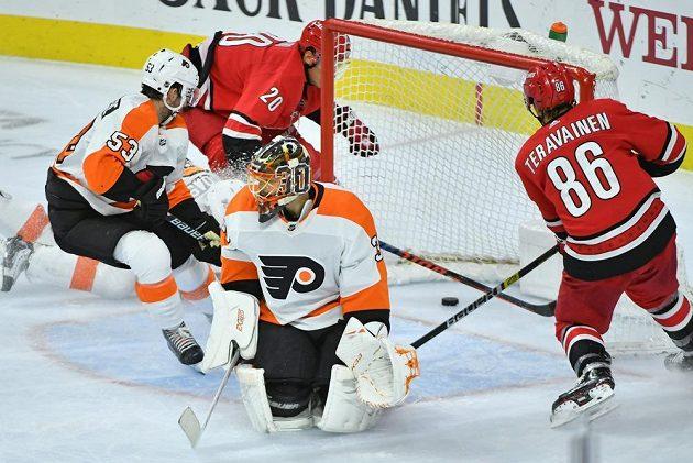 Překonaný gólman Philadelphie Michal Neuvirth v utkání NHL s Carolinou Hurricanes.
